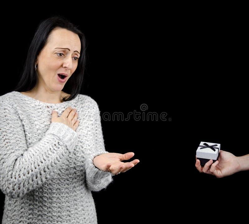 Donna elogiativa che riceve regalo immagini stock libere da diritti