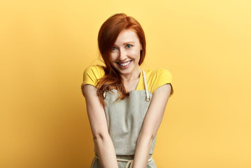Donna emozionale allegra che mostra i denti bianchi perfetti mentre divertendosi all'interno immagini stock
