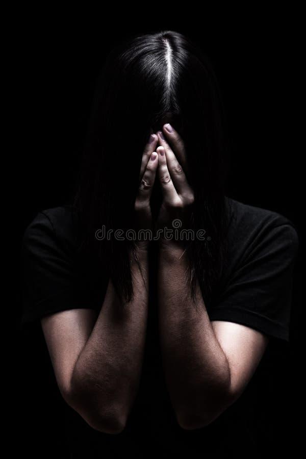 Donna emozionale che grida e che copre il fronte di mani che nascondono gli strappi immagini stock libere da diritti