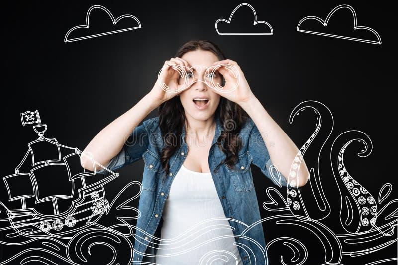 Donna emozionale che tiene un binoculare e che esamina le navi immagine stock libera da diritti