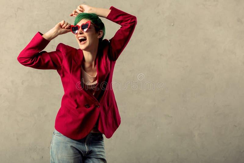 Donna emozionale piacevole allegra che ritiene molto felice fotografia stock