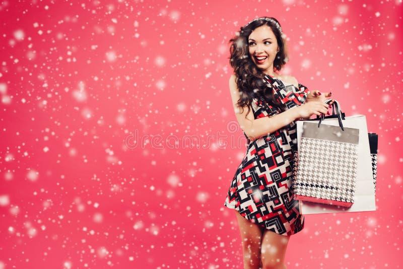 Donna emozionalmente bella con molte borse del cliente fotografia stock libera da diritti