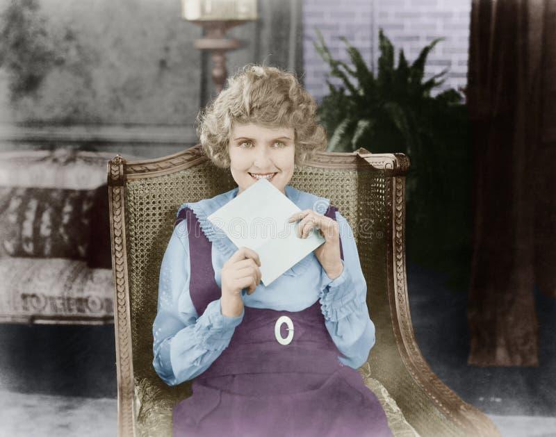 Donna emozionante con la lettera (tutte le persone rappresentate non sono vivente più lungo e nessuna proprietà esiste Garanzie d fotografia stock libera da diritti