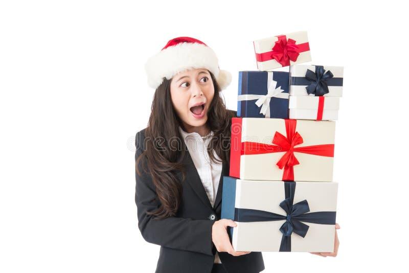 Donna emozionante di affari che tiene molti regali di Natale fotografie stock