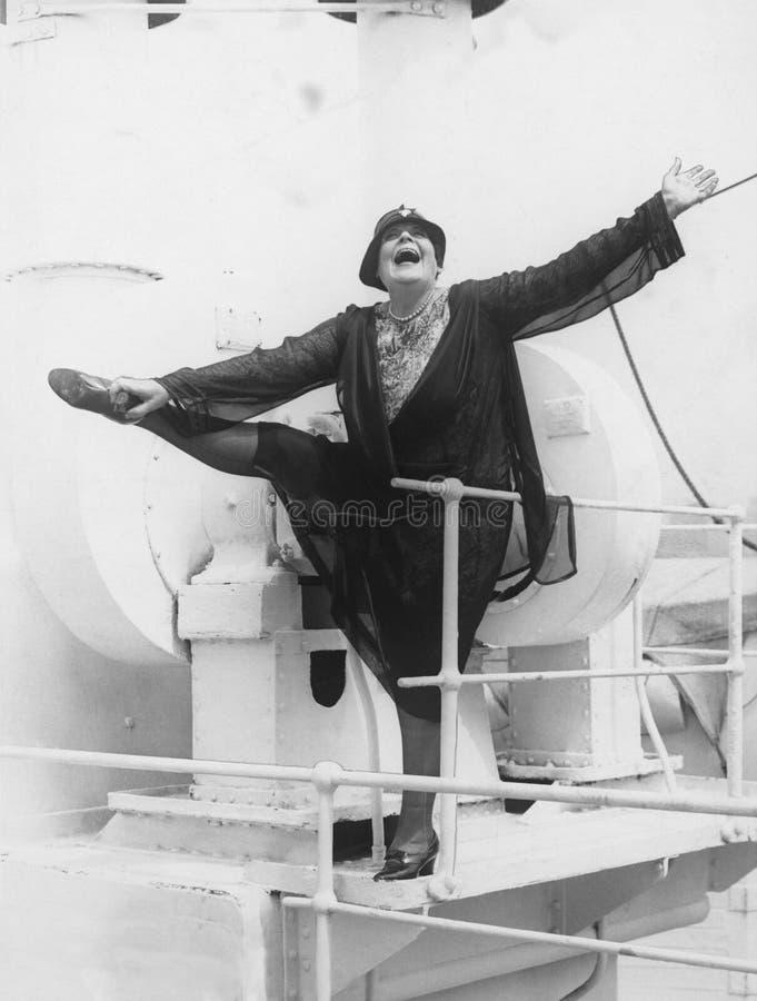 Donna energetica allegra sulla barca immagini stock libere da diritti