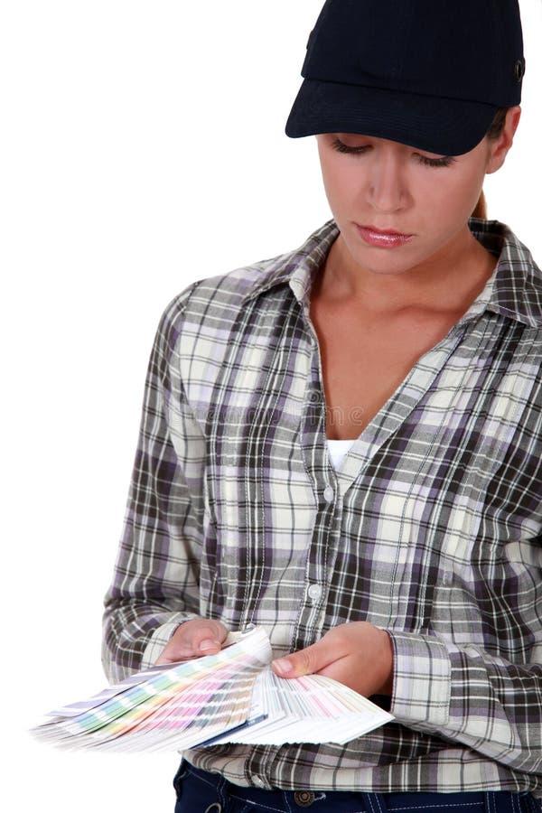 Donna esaminando i campioni immagine stock libera da diritti