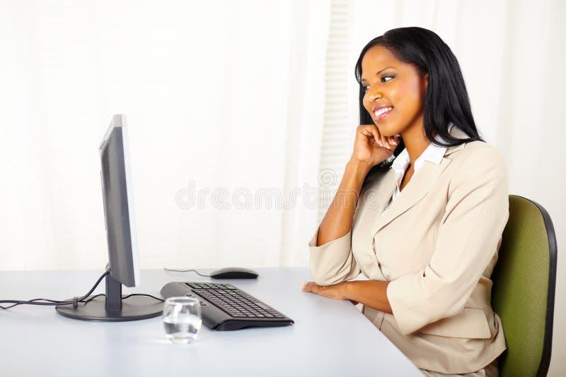 Donna esecutiva che osserva lo schermo di computer immagini stock libere da diritti