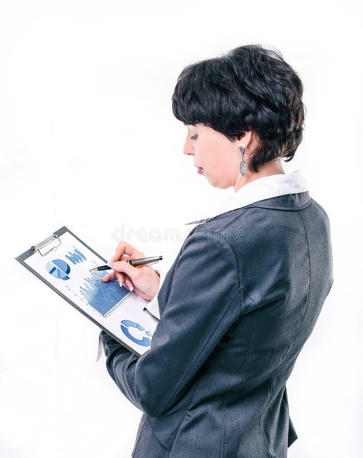 Donna esecutiva di affari che studia rapporto finanziario Isolato fotografia stock libera da diritti