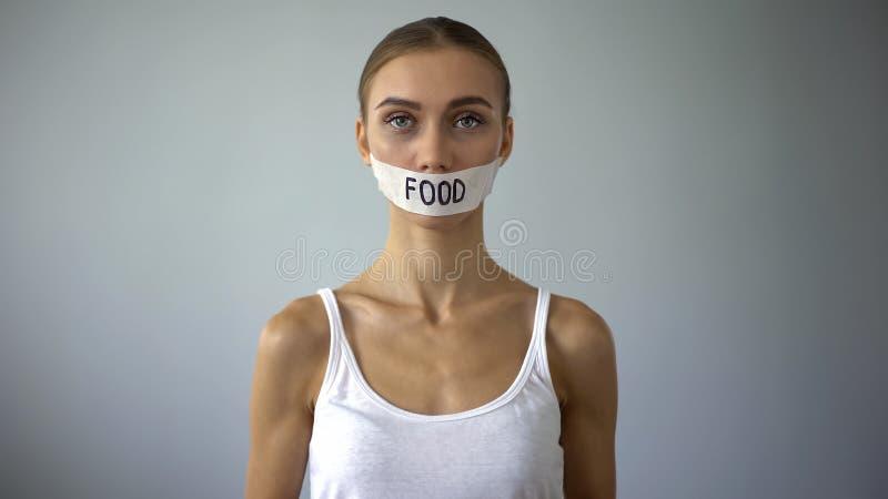 Donna esile con la bocca legata, concetto della restrizione dell'alimento e anoressia, dieta immagine stock libera da diritti
