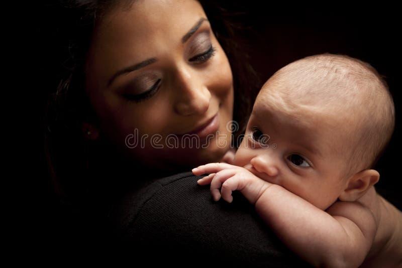 Donna etnica attraente con il suo bambino neonato fotografia stock