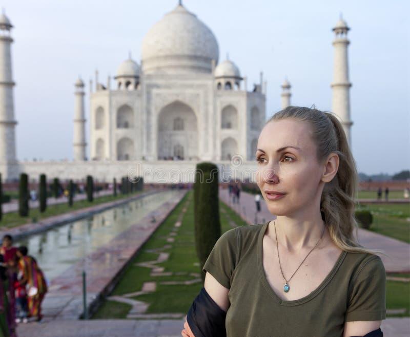 Donna europea il turista sui precedenti di Taj Mahal immagini stock libere da diritti