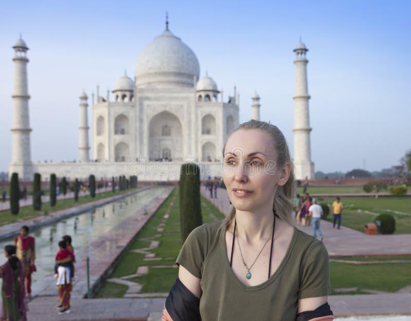 Donna europea il turista sui precedenti di Taj Mahal fotografia stock