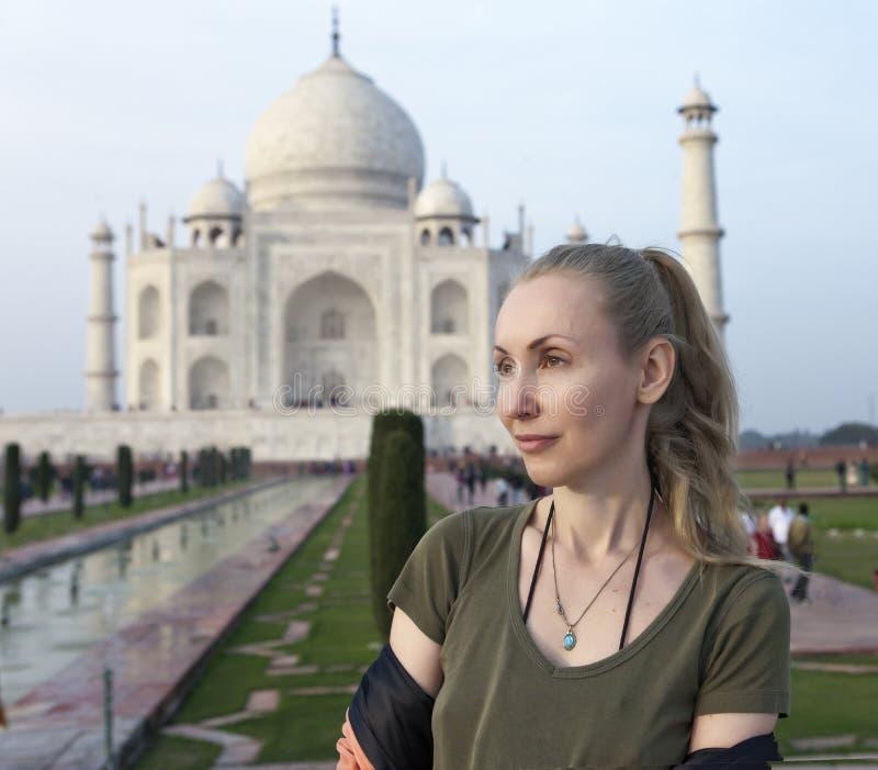 Donna europea il turista sui precedenti di Taj Mahal fotografie stock libere da diritti