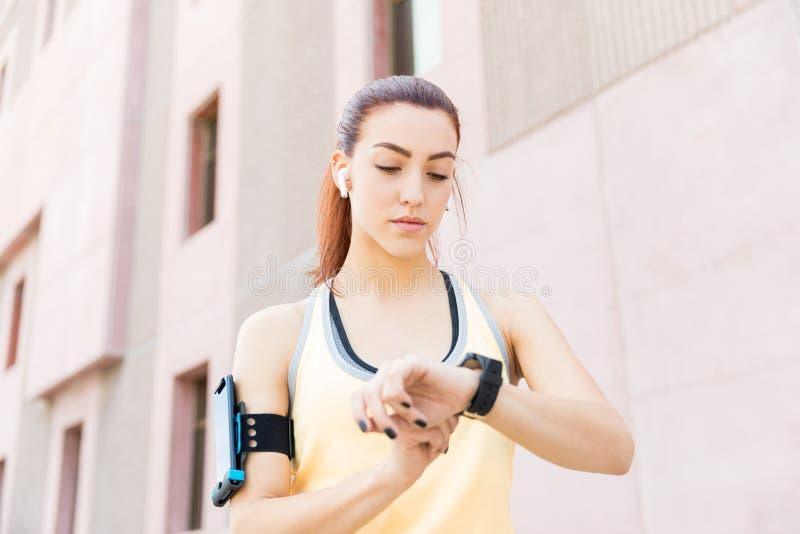 Donna facendo uso dello Smart Watch per misurare la sua frequenza cardiaca fotografia stock