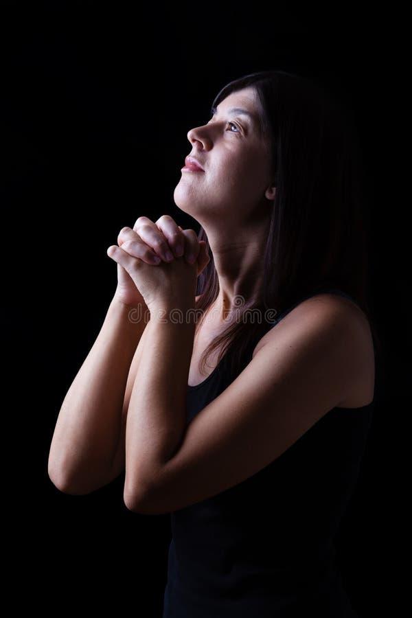 Donna fedele che prega nel culto al dio che cerca nella speranza fotografie stock libere da diritti