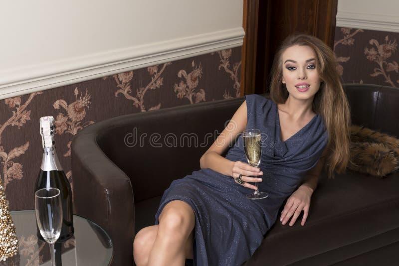 Donna felice al partito elegante fotografia stock