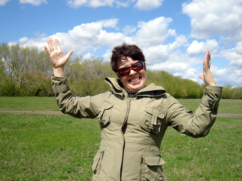 Donna felice all'aperto immagine stock