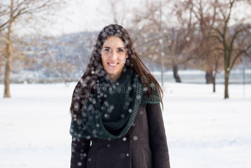 Donna felice all'esterno in inverno fotografia stock
