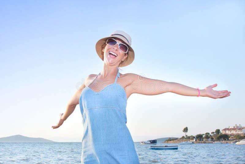 Donna felice alla spiaggia immagine stock