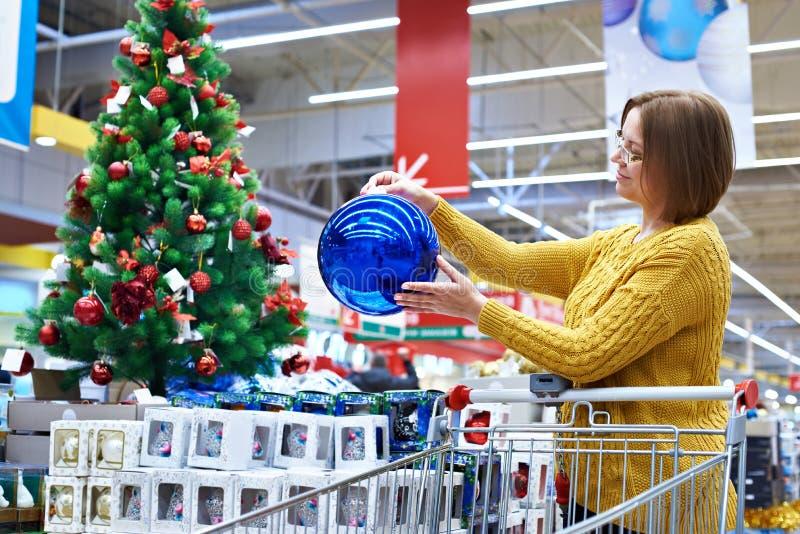 Donna felice alla vendita di Natale in deposito fotografie stock