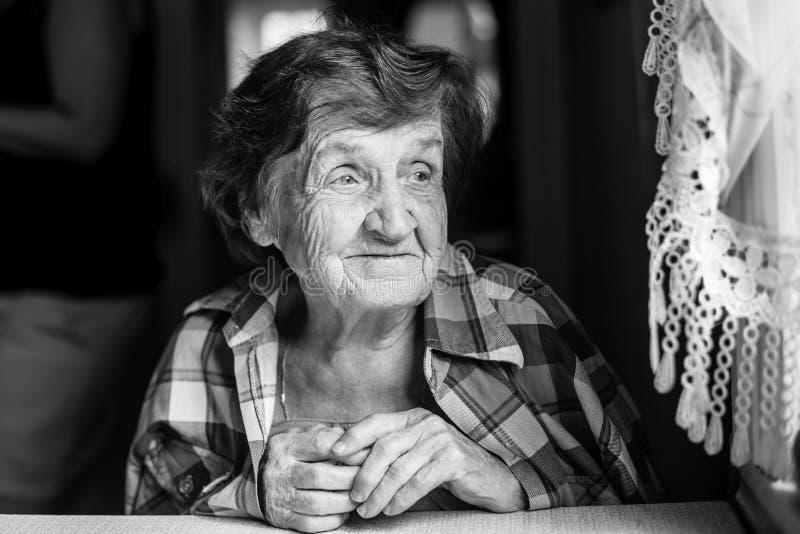 Donna felice anziana pacifica, ritratto in bianco e nero immagine stock