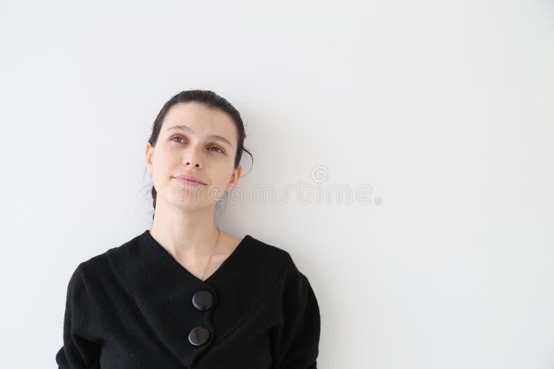 Donna felice bianca castana: Sogno della bellezza fotografia stock