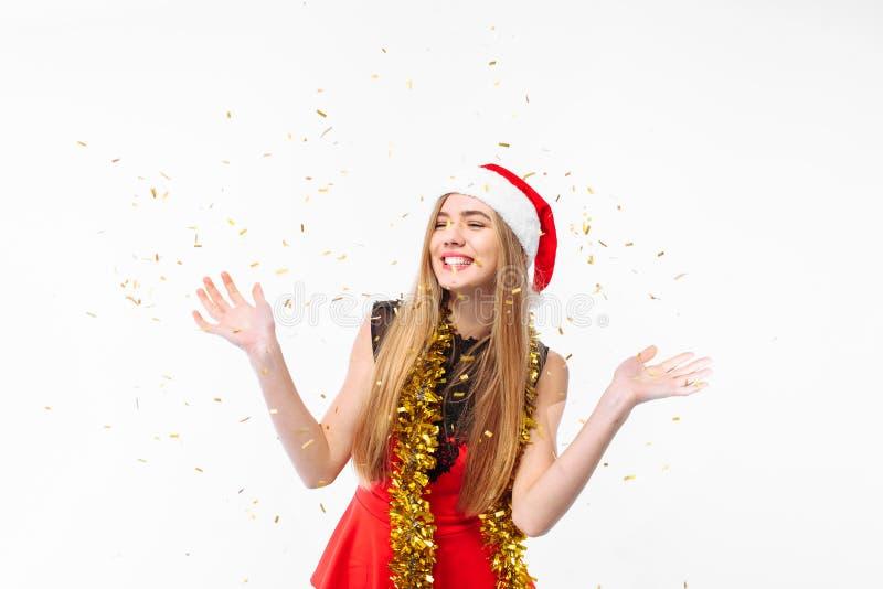Donna felice in cappello e vestito di Santa, celebranti nuovo anno, dancin fotografie stock