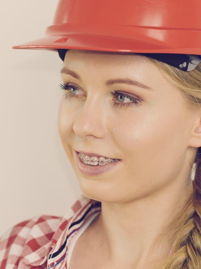 Donna felice in casco protettivo immagini stock