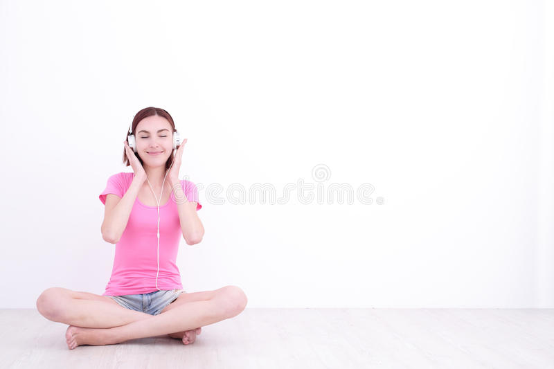 Donna felice che ascolta la musica immagine stock libera da diritti