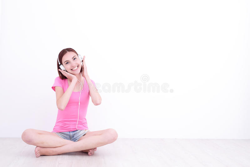Donna felice che ascolta la musica immagini stock libere da diritti
