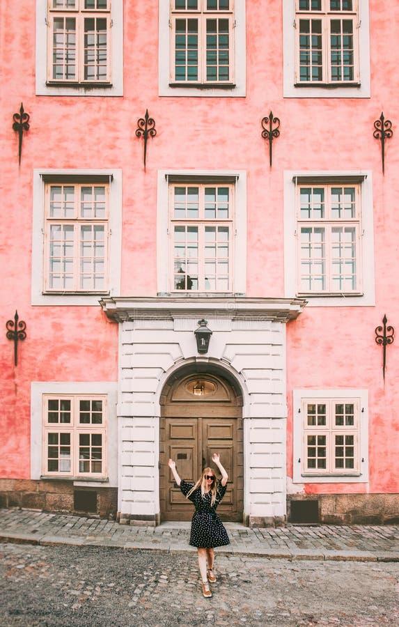 Donna felice che cammina nel viaggio di Stoccolma fotografia stock libera da diritti