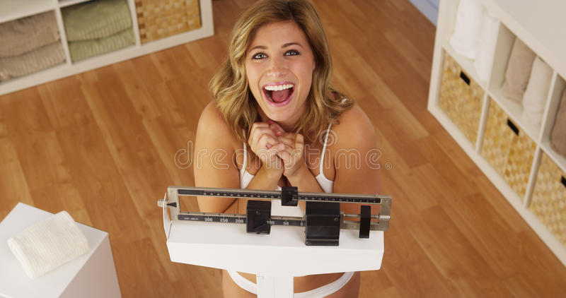 Donna felice che celebra perdita di peso immagine stock libera da diritti