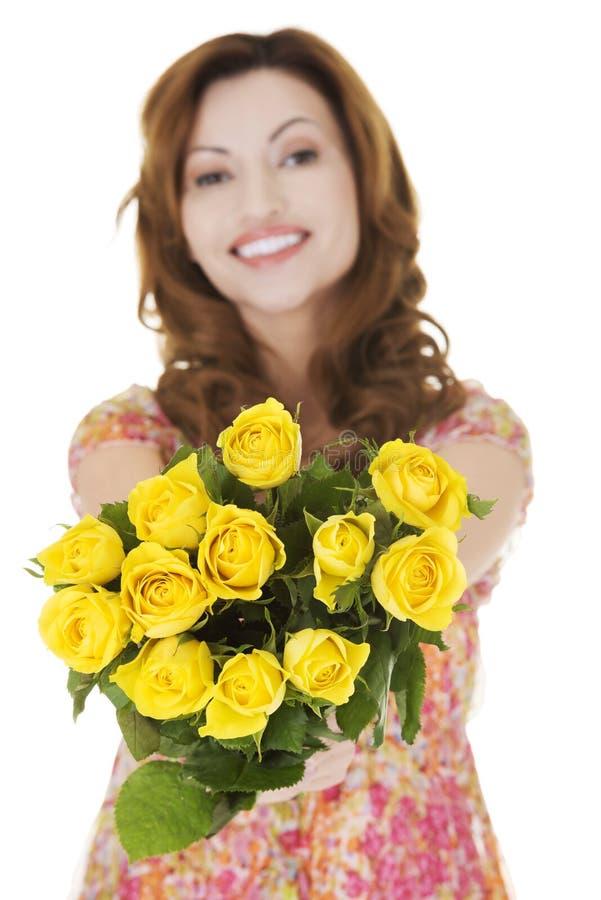 Donna felice che dà mazzo di rose fotografie stock libere da diritti