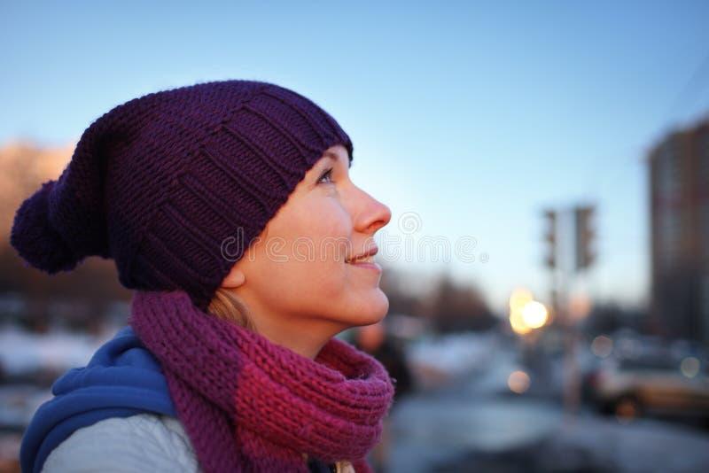 Donna felice che daydreaming fotografie stock libere da diritti