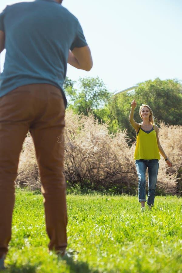 Donna felice che gioca con il suo marito immagini stock libere da diritti