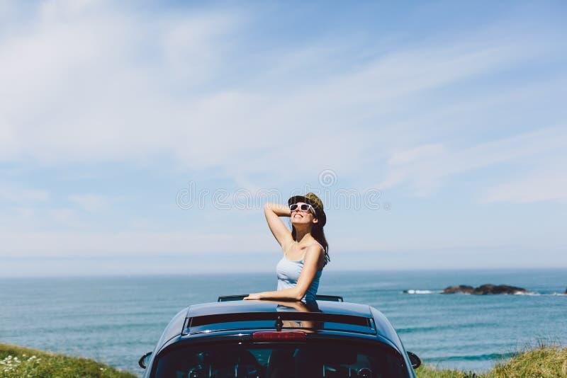 Donna felice che gode del viaggio di automobile di estate immagini stock