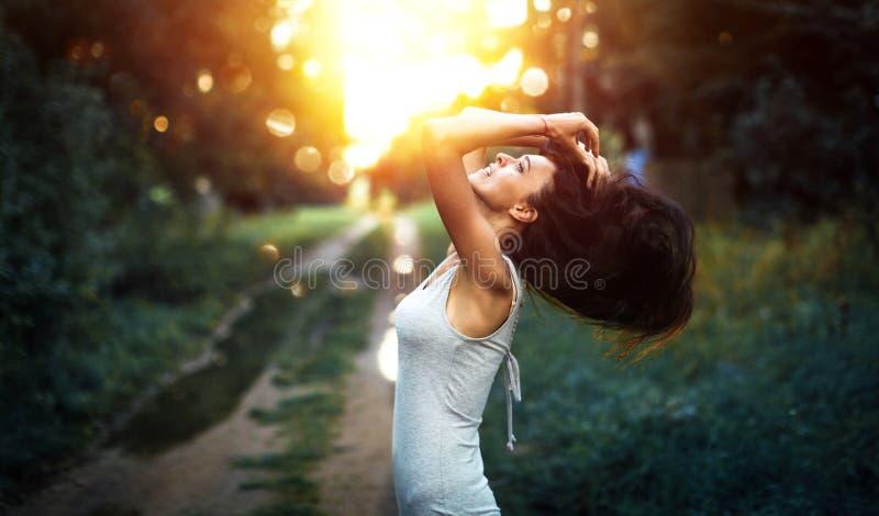 Donna felice che gode della natura fotografie stock libere da diritti