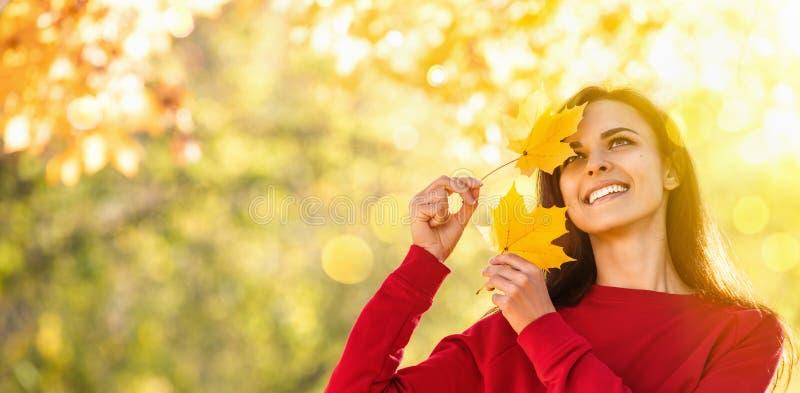Donna felice che gode della vita in autunno fotografie stock libere da diritti