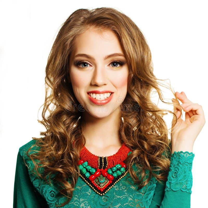 Donna felice che mostra i suoi capelli ricci Modello Girl Isolated di Fachion immagini stock