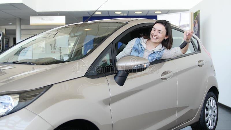 Donna felice che mostra la chiave della sua nuova automobile Affare automatico, vendita dell'automobile, tecnologia e concetto de immagine stock libera da diritti