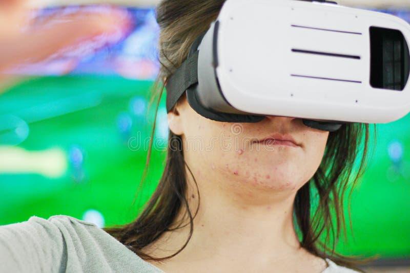 Donna felice che ottiene esperienza usando i vetri della cuffia avricolare di VR dell'immagine di realtà virtuale immagine stock libera da diritti