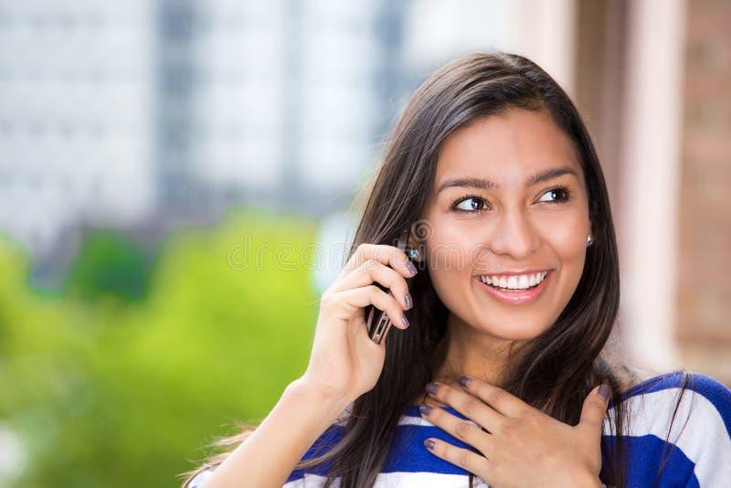 Donna felice che parla sul fondo urbano della città del telefono cellulare all'aperto fotografia stock libera da diritti