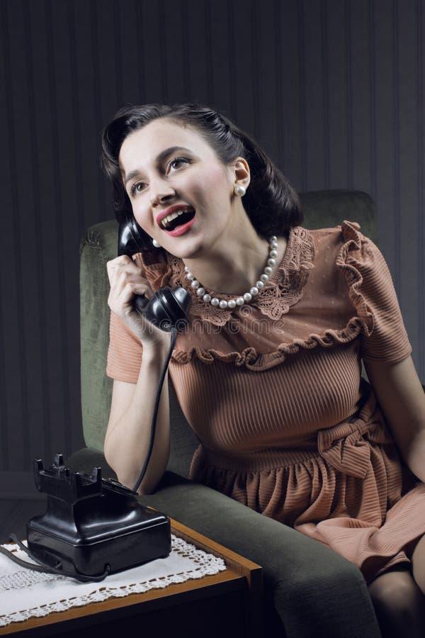 Donna felice che parla sul telefono fotografia stock