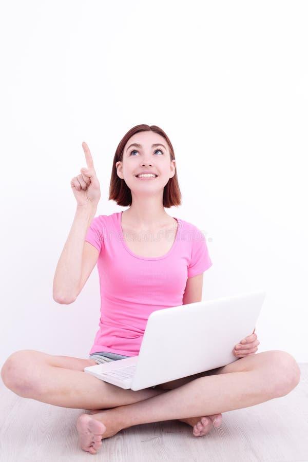 Donna felice che per mezzo della compressa digitale fotografie stock libere da diritti