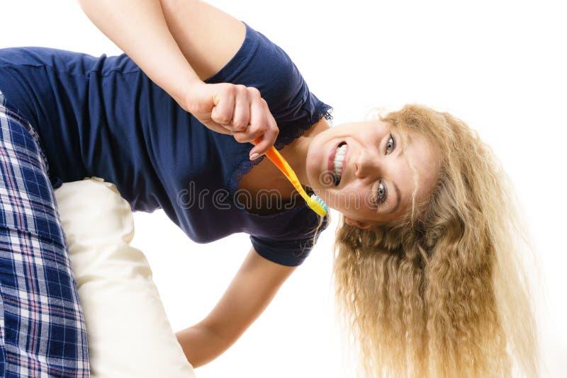 Download Donna Felice Che Pulisce I Suoi Denti Fotografia Stock - Immagine di cura, capelli: 117980134