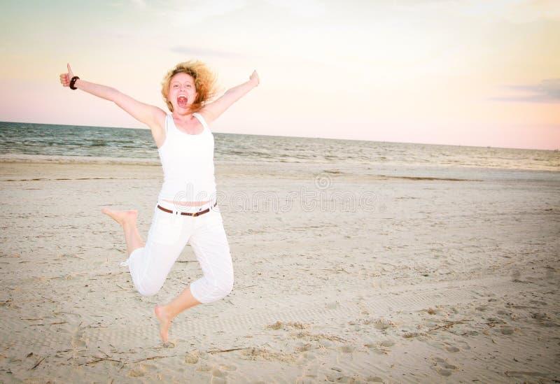 Donna felice che salta per la gioia fotografie stock libere da diritti
