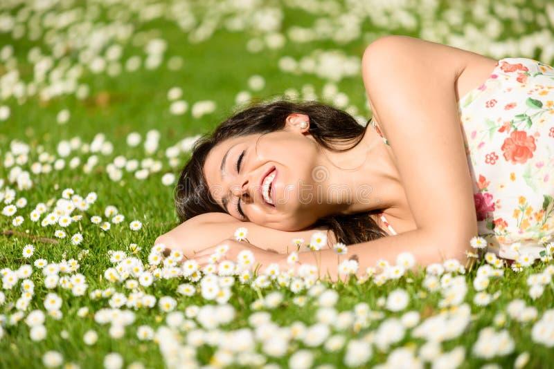 Donna felice che si rilassa sulla natura fotografie stock libere da diritti
