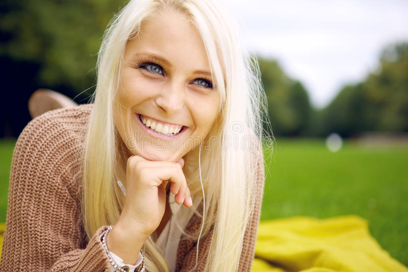 Donna felice che si trova in una sosta fotografia stock