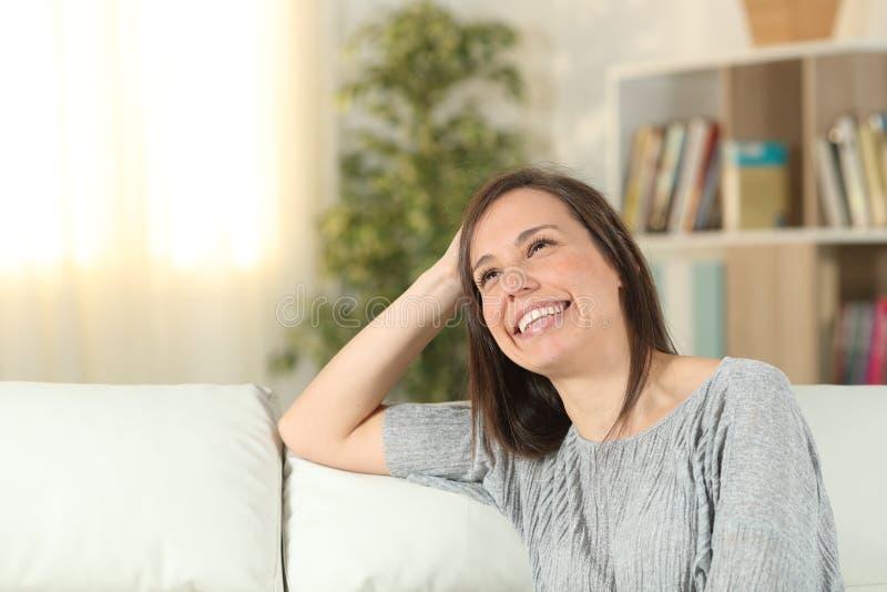 Donna felice che sogna a casa cercare immagini stock libere da diritti