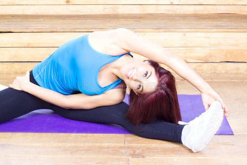 Donna felice che streching Forma fisica e sport Concetto di yoga fotografia stock